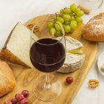 Como receber com queijos e vinhos