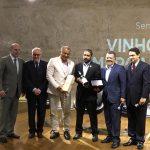 Renato Neves, o melhor sommelier do ano, recebe seu prêmio em evento na FGV-RJ